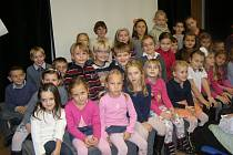 NA PSANÍ BÁSNÍ do už páté knihy se podílelo jedenatřicet dětí ze školní družiny.