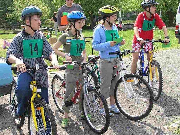 Simulovanou jízdu měsem absolvovalo včera na dopravním hřišti v Rozdělově více než sto dětí z několika škol Kladna, Slaného a okolních měst a vesnic. Jednalo se o účastníky okresního kola soutěže mladých cyklistů.