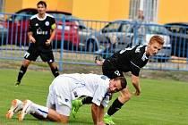 SK Kladno (v bílém) - Libiš 3:4 pp. padající Dominik Šíma na konci šťastně vyrovnal.