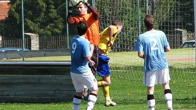 Hřebeč (v modrém) podlehla doma Slanému 0:2. Brankář Hřebče Zajíček.