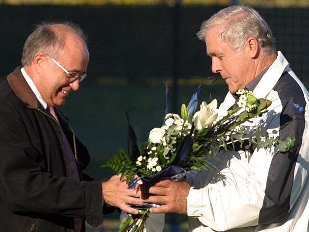 Zdeněk Holoubek (vpravo) a jeho sedmdesátiny, Přál mu k nim v rámci prvoligového utkání předseda SK Kladno Josef Drahota.