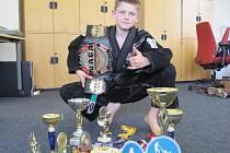 JAN KOŘÍNEK Z VINAŘIC má za vzor úspěšného závodníka a instruktora Braulia Estimu, ale ve svých jedenácti letech už se může pochlubit mnoha získanými poháry a medailemi.