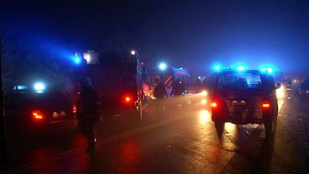 Hromadná nehoda 30 aut u sjezdu na Knovíz na silnici I/7, úterý 15. listopadu 2011 kolem 23 hodiny. Silnice byla neprůjezdná do 6 hodin do středy.