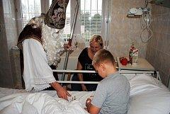 Mikulášská návštěva přišla v Kladně za dětmi až na pokoj.