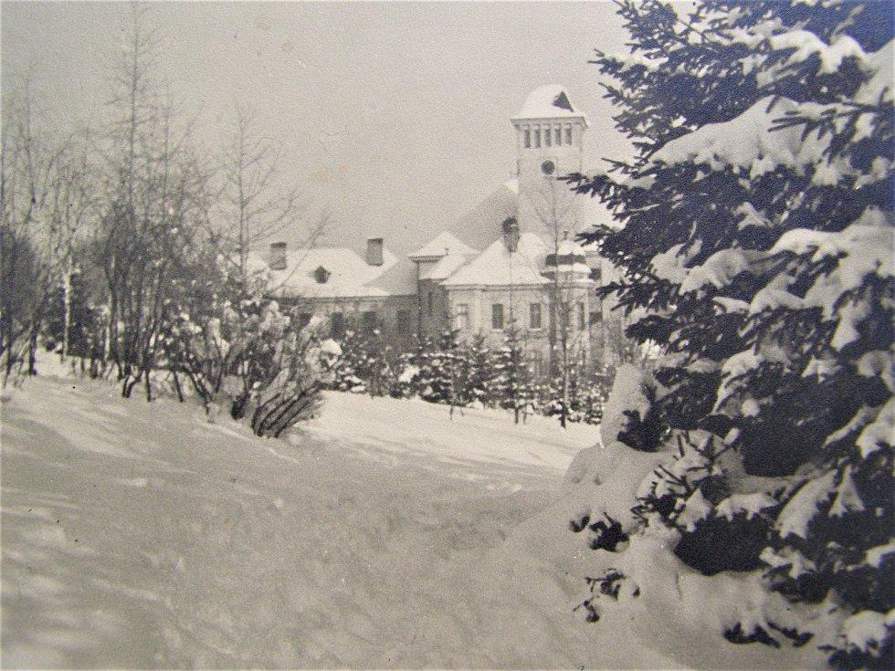 Zasněžené Slaný ve 20. letech 20. století: zasněžená škola Na Hájích.