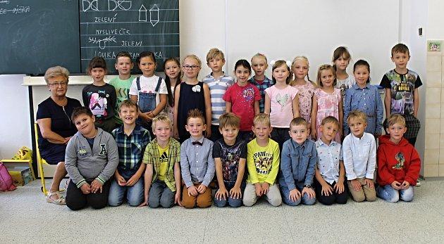 Třída 1.A, zastupující učitelka Pavla Nestrašilová (třídní učitelka Radka Šťovíčková na snímku chybí).