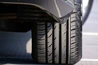 Neznámý vandal propíchl pneumatiky na autech v Herálci. Ilustrační foto.