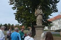 Slavnostní požehnání atributů sochy sv. Jana Nepomuckého ve Smečně.