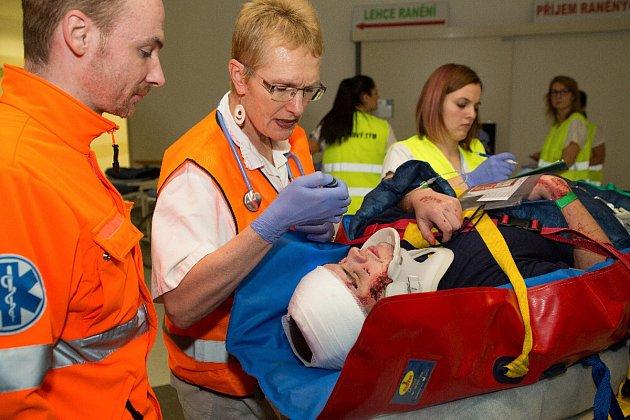 Cvičení záchranářů a zaměstnanců nemocnice se konalo v úterý pozdě dopoledne.