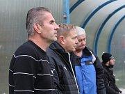 Velvary (v zeleném) přehrály doma Kladno 2:0. Vedle kouče Pejši se objevil i jeho kamarád Stanislav Hejkal, ale ten vede aktuálně juniorku Teplic