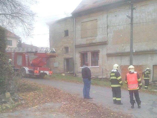 Ve Vinařicích hoří budova bývalého kina.