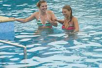 Tyto slečny budou návštěvníci koupaliště potkávat v úboru plavčíka. Ve čtvrtek si již vyzkoušely teplotu vody.