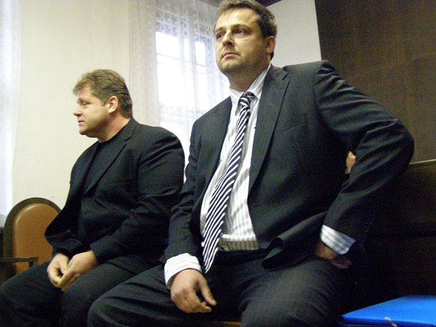 Václav Přibyl a Milan Volf (vpravo) už na lavici obžalovaných neusednou. Krajský soud v Praze oba muže definitivně zprostil obžaloby a kauza končí.