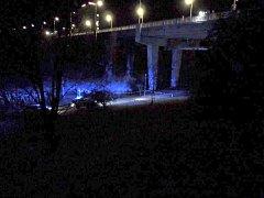 Záchranná akce pod sítenským mostem v neděli v noci.