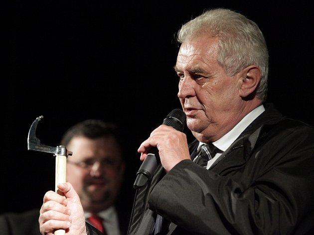 MILOŠ ZEMAN dostal při své zatím poslední návštěvě Kladna v říjnu 2013 darem hornickou sekyrku zvanou švancara.
