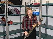 Mluvčí kladenského magistrátu Lenka Růžková s mečem, který byl v zimě nalezen v hromadě sněhu.