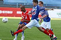 U míče se střetli dva záložníci– plzeňskýLudovic Sylvestre a kladenský Radek Hochmeister..  Fo