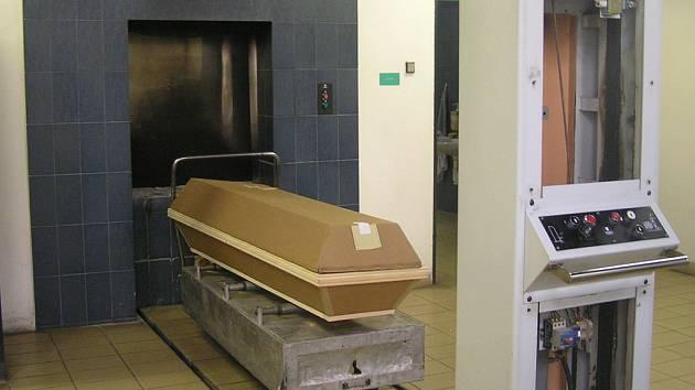 V kladenském krematoriu  nejspíše skončil kloub Václava Klause.  Ačkoliv tiskový mluvčí Bulovky i ředitel krematoria tvrdí, že se ztratit nemohl, někdo ho stále draží na internetu.