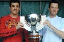 Tomáš Kaberle (vlevo) s bratrem Františkem po zisku světového zlata na MS ve Vídni v roce 2005