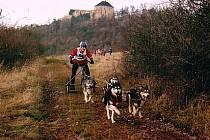 Ondra Stejskal s kulisou hradu Točník za zády.
