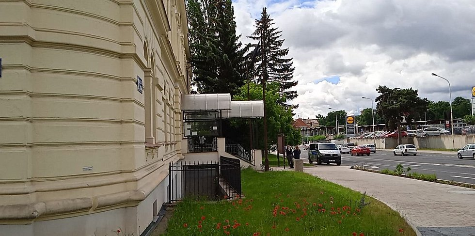 Policejní hlídky před Úřadem práce v Kladně.