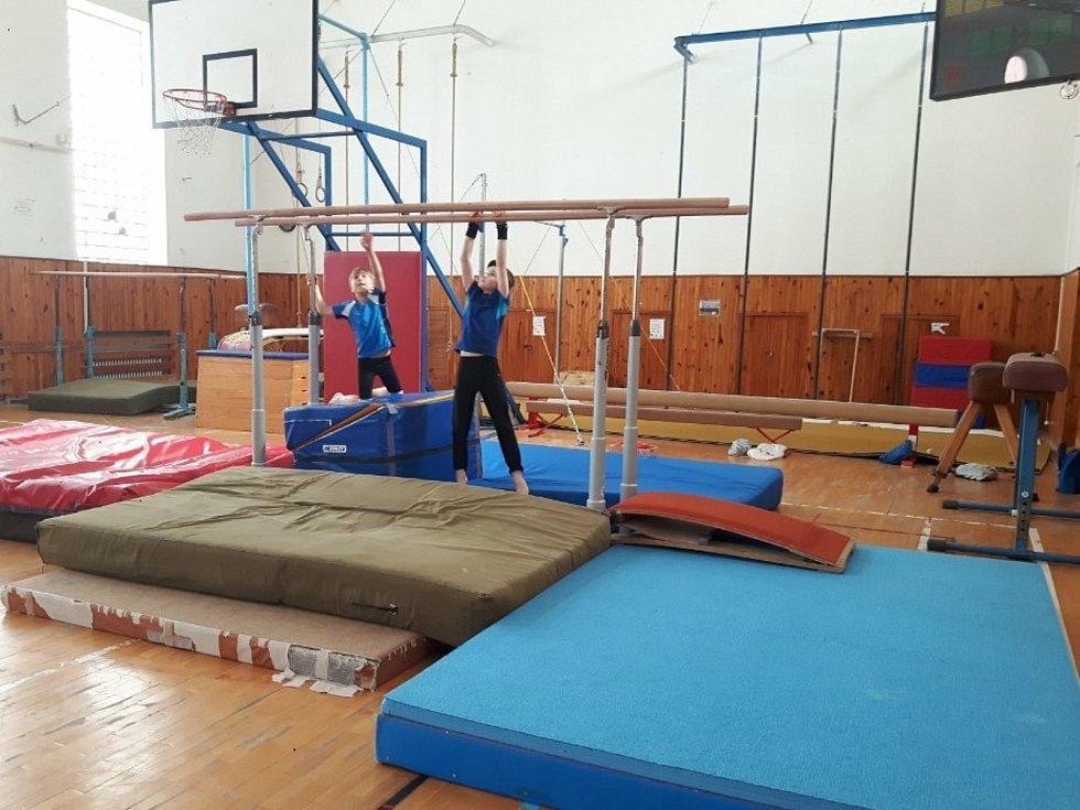 Sportovní gymnastika chlapci, zařazeni do profi sportů, aby mohli trénovat.