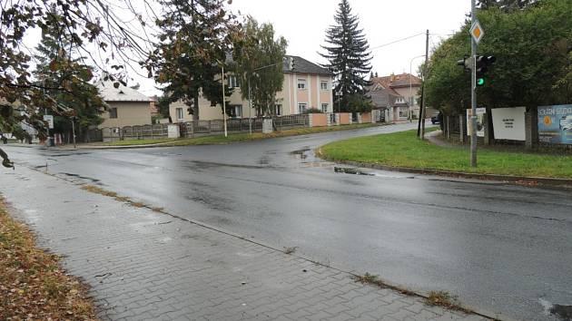Křižovatka ulic J. Čapka a Železničářů v Kladně.