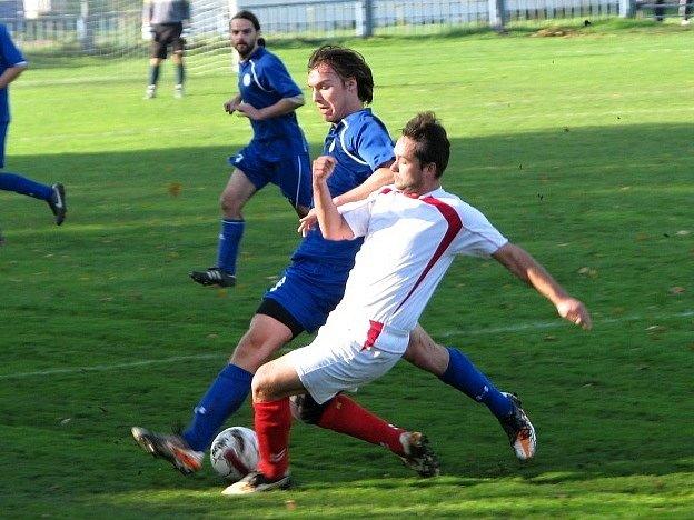 Novo Kladno (v bílém) nezvládlo derby s Velkou Dobrou a po zásluze prohrálo 0:2. Madaj uniká Vlčkovi (v bílém)