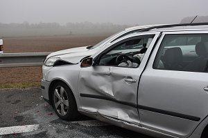 Nehody více než čtyřiceti vozidel zablokovaly dálnici D6 na Kladensku