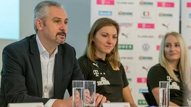 Předseda Českého florbalového svazu Filip Šuman s oporami reprezentace Eliškou Krupnovou a Martinou Řepkovou.