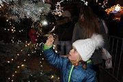 Kladenské Vánoce byly zahájeny, strom rozsvítila s primátorem Lucie Bílá.
