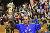 Jindřich Licek si poháru velmi užíval.../ Brownhouse Volleyball.cz Kladno - Dukla Liberec 3:0 , 6. finalový zápas Vol. Kooperativa elh mužů 2009/10, hráno 6.5.2010 - Kladno je mistrem ligy pro sezonu 2009/10 (serie 4:2)
