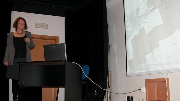 Studenti v závěru týdne besedovali se zástupci obcí, kladenského magistrátu a Středočeského kraje o možnostech rekultivace a ozelenění krajiny mezi Kladnem a Prahou.