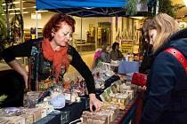 Na Medových dnech se prodávají různé medové produkty – med, svíčky a figurky z vosku, medovina…