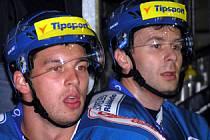 Zdeněk Nedvěd (vpravo vedle Richarda Diviše) se vrací do elitního hokeje, hrát bude za Banskou Bystricu.