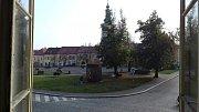 Pohled na náměstí z okna volební místnosti