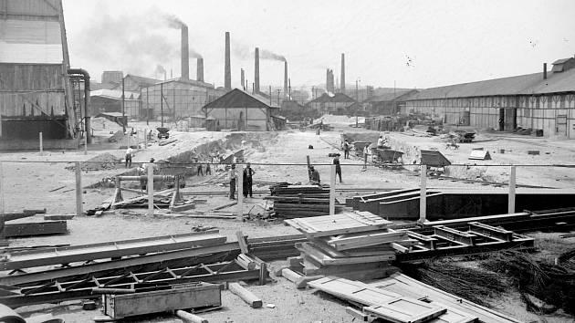 ZBROJNÍ ZAKÁZKY si vynutily za první světové války  značné rozšíření Poldiny hutě, snímek pochází z 11. června 1915.
