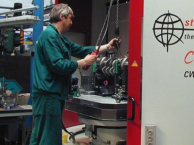 Strojírny. Podnik se specializuje na výrobu klikových hřídelí, zaměstnává na 600 lidí.
