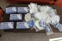 Roušky a rukavice, které rodina městu darovala.