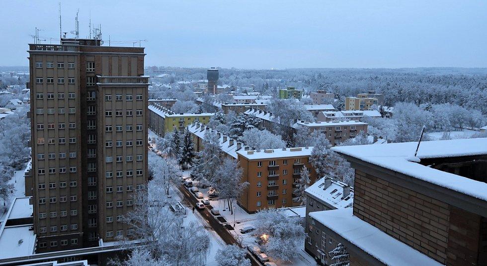 Sníh v okolí kladenských věžáků.