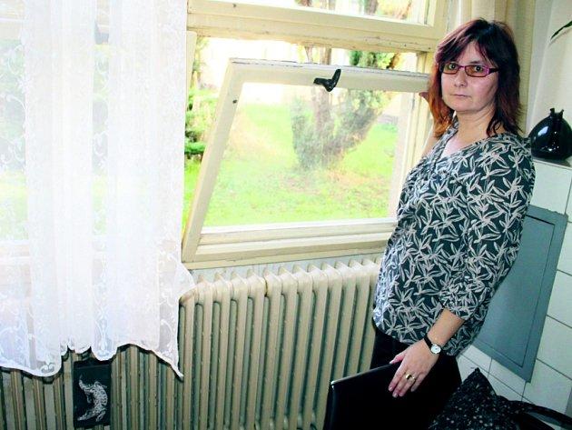 NEZVANÁ NÁVŠTĚVA se vloupala do kvílické základní školy tímto oknem. Zloději poškodili ještě i okna ve sborovně a v jedné třídě. Jako první škodu objevila zástupkyně ředitele Pavla Dundrová (na snímku).