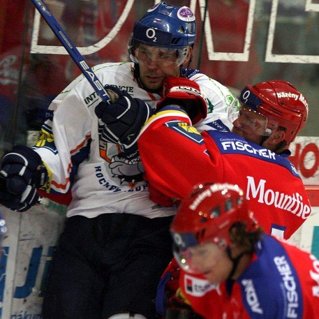 Jaroslav Kalla (vlevo) a Milan Toman se mohou setkat právě v celku IHC Čerti, naopak se mluví o tom, že v hokejovém celku Kladna spolu hrát nebudou. Kalla se zatím s vedením na nové smlouvě nedohodl.