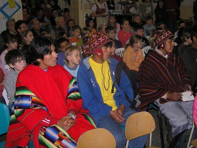 Zahraniční delegace z Peru sledovala bohatý program, který připravili žáci buštěhradské základní školy.