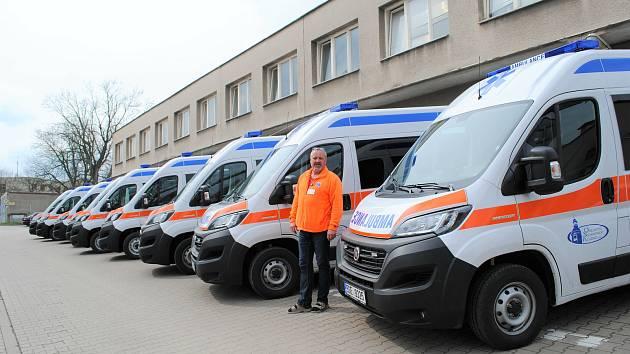 Devět nových sanitek kladenské nemocnice.