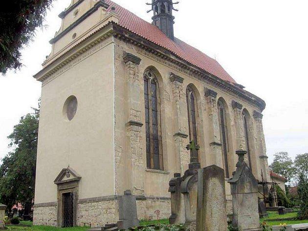 Velvarský kostel sv. Jiří z jihu.