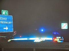 Nehoda nedaleko sjezdu na Středokluky uzavřela v neděli večer dálnici D7.