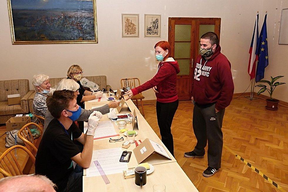Sobotní volební účast je už slabší, na Kladensku navíc prší.