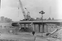 Poslední práce na stavbě mostu finišují.