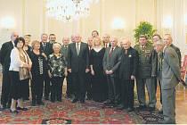 Setkání zástupců seniorských organizací s Václavem Klausem Klausem. Hana Němcová z Kladna stojí vlevo od prezidenta České republiky