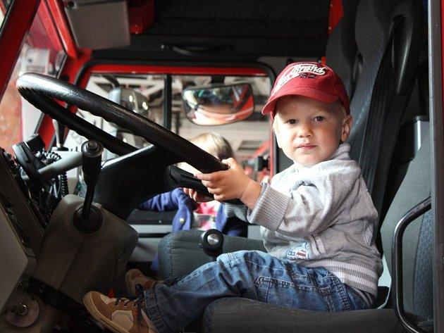 Kladenská hasičská stanice byla v pátek plná zvídavých dětí a jejich rodičů.